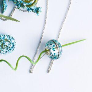 Charm personalizat cu șuviță de păr și flori